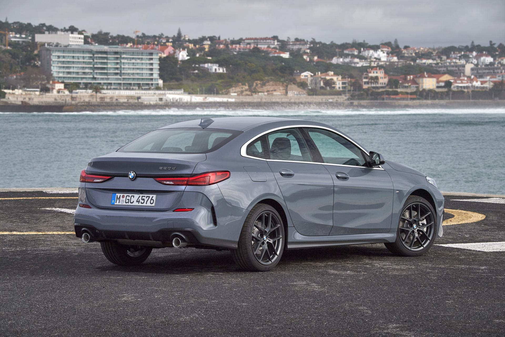 Новата Серия 2 Gran Coupe с индекс F44 е първият седан на BMW със задвижване на предните колела. За дългогодишните фенове на баварската марка това вече е причина да хулят модела с какви ли не приказки. Но ако оставим емоциите настрана, не бихме казали, че има нещо лошо в задвижването на предните колела. Да, наистина, с него не може да се дрифтира, но не много опитните шофьори и особено дамите сред тях, за които тази кола е твърде вероятно да стане първата в живота, ще се чувстват по-уверени на хлъзгав път. Това е факт, срещу който всеки друг аргумент е безсилен.  Дори новото BMW Серия 2 Gran Coupe да не се превърне в бестселър, определено ще привлече значителен дял към продажбите на марката, при това без да краде от клиентите на останалите модели. Неговата задача е да привлече нови клиенти в света на BMW, за които няма значение какво е задвижването, щом шофирането доставя удоволствие.